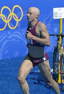 Der deutsche Triathlet Stephan Vuckovic aus Witten am Sonntag (17.09.2000) auf dem Weg ins Ziel: Der 28-jährige Student aus Witten gewinnt bei der olympischen Premiere im Triathlon der Männer nach 1,5 km Schwimmen, 40 km Radfahren und 10 km Laufen in 1:48:37,58 Stunden die Silbermedaille hinter dem Kanadier Simon Whitfield. dpa (zu dpa-oly 0010)